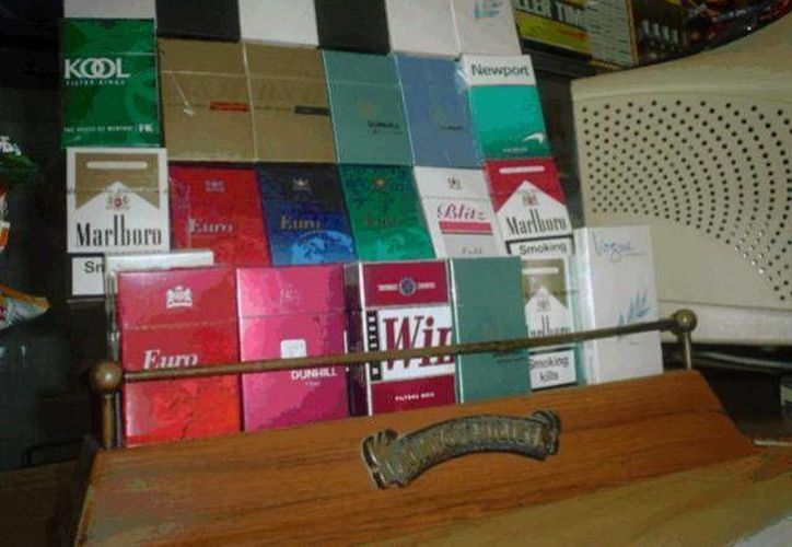 Los cigarros se encuentran en las tienditas de la isla. (Lanrry Parra/SIPSE)