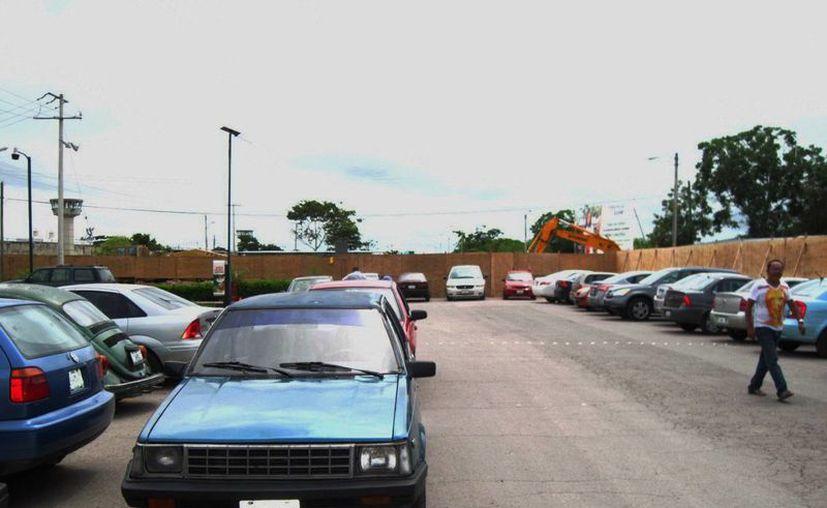 Una valla de madera rodeó el lugar de la obra. (Francisco Puerto/SIPSE)