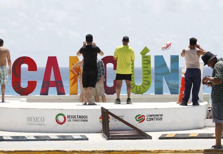 Turistas nacionales y extranjeros aprovechan para tomarse una o más fotografías en el Parador Fotográfico. (Sergio Orozco/SIPSE)
