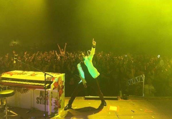 El cantautor Aleks Syntek hizo vibrar al público cozumeleño el sábado. (@syntekoficial/Twitter)