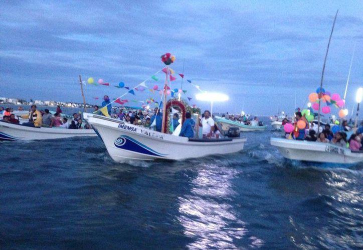 Cerca de 30 lanchas participaron en la peregrinación marítima que se realizó esta madrugada en Chicxulub Puerto. (Gerardo Keb/ Milenio Novedades)