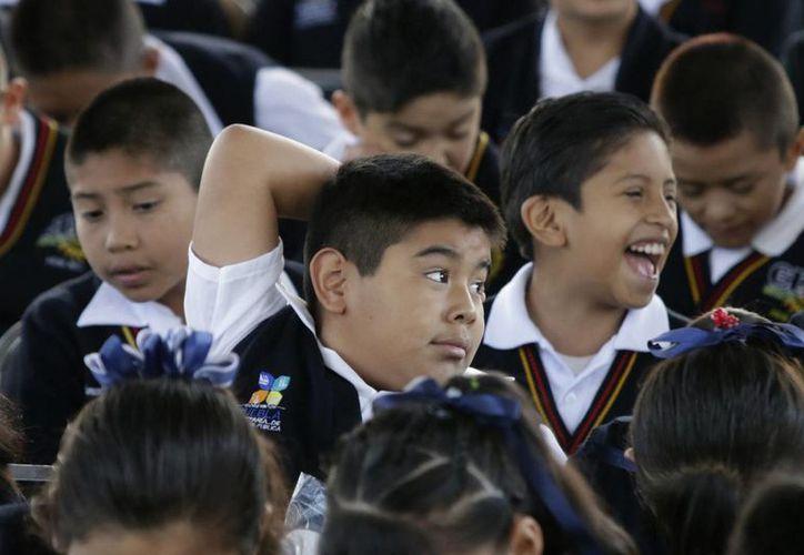 El objetivo del nuevo modelo es  cambiar la modificación de todos los programas educativos de México. Imagen de un grupo de niños en un salón de clases. (Archivo/Notimex)
