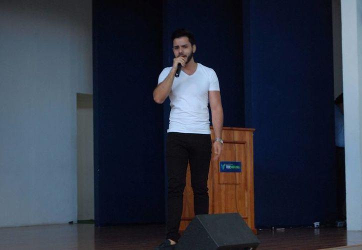 Entre baladas pop y una fusión electro pop, los jóvenes universitarios disfrutaron de las canciones de Louis Navarro. (Redacción/SIPSE)