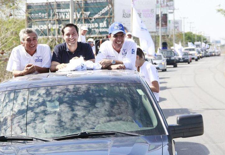 Mauricio Vila Dosal, candidato del PAN a la alcaldía de Mérida, encabezó la caravana vehicular por comisarías, junto con otros aspirantes. (SIPSE)