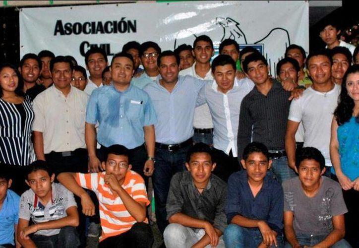 Integrantes de la Asociación Civil 'Profesionistas y Ciudadanos Unidos por Yucatán' se reunieron con el diputado Mauricio Vila Dosal. (SIPSE)