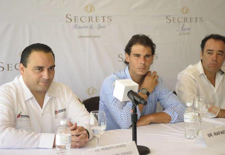 La rueda de prensa se llevó a cabo dentro del hotel Secrets Aura de Cozumel, uno de los hoteles en los que el deportista invertirá. (Cortesía/SIPSE)
