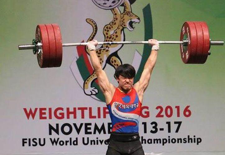 El surcoreano Yeonhak Jang ganó tres medallas de oro en la división de los 85 kg del V Campeonato Mundial de Levantamiento de Pesas en el Complejo Deportivo Kukulcán. (SIPSE)