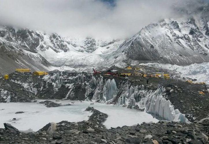 Las autoridades mexicanas consideran que el número de connacionales podría aumentar conforme bajen del Everest más grupos de alpinistas. (AP)