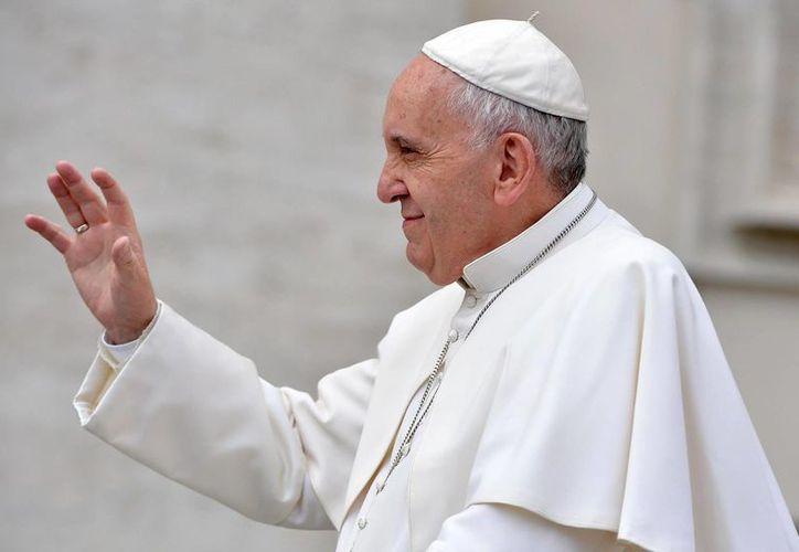 Francisco saluda a los fieles a su llegada a la audiencia general semanal en la Plaza de San Pedro, en el Vaticano este el miércoles. (Maurizio Brambatti/ANSA vía AP)