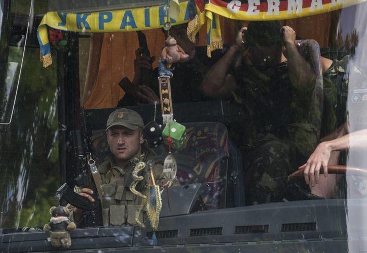 Tropas ucranianas fotografiados al dejar la zona de Mariupol. (Agencias)
