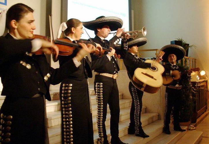 En el mariachi El Dorado, el cual fue formado en 1994, Victor Ibáñez es el único mexicano. (Notimex)