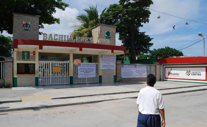 Al interior de los planteles se encontraban los docentes esperando la respuesta de la mesa de negociaciones. (Tomás Álvarez/SIPSE)