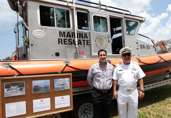 El alcalde y el comandante del Sector Naval durante el recorrido. (Cortesía/SIPSE)