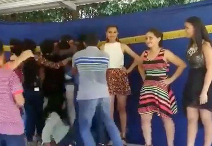 La ganadora de un concurso de belleza terminó en el piso luego de que sus fans subieron a felicitarla. (Impresión de pantalla)