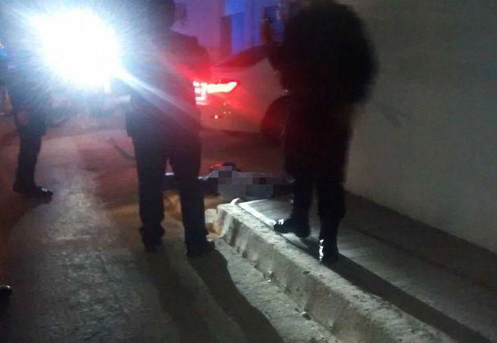El hombre fue hallado a un lado de su vehículo; su estado de salud es grave. (Redacción/SIPSE)