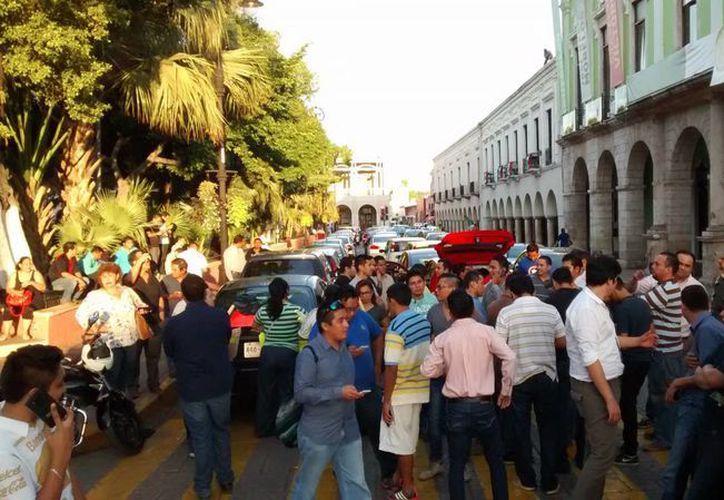 Choferes de Uber y Cabify se plantaron, este jueves por la mañana, frente a Palacio de Gobierno, para pedir garantías de seguridad para seguir operando en Mérida. (SIPSE.com)
