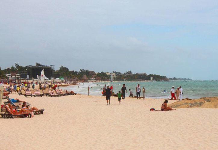 Turistas disfrutaron del aumento de temperatura que se dejó sentir en Playa del Carmen. (Daniel Pacheco/SIPSE)