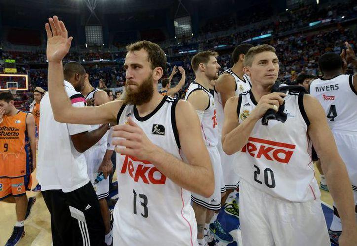 Los jugadores del Real Madrid, Sergio Rodríguez (i) y Lewis Carrol celebran la victoria sobre el conjunto ruso, lo que les permite estar entre los 16 mejores equipos de Europa. (EFE/Archivo)