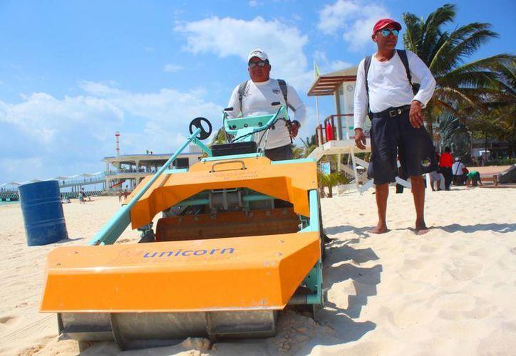 La Zofeman cuenta con una nueva máquina 'Musketeer' de 5.5 CV con la que los trabajadores retiran los desechos humanos de las playas. (Daniel Pacheco/SIPSE)