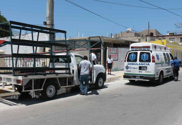 La mujer fue atendida en una ambulancia por el golpe y una crisis nerviosa. (Gustavo Villegas/SIPSE)