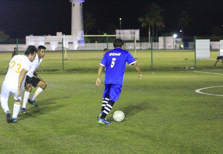 El campo de pasto sintético de la Unidad Deportiva Bicentenario, fue el escenario para disputar los tres puntos disponibles en esta jornada. (Miguel Maldonado/SIPSE)