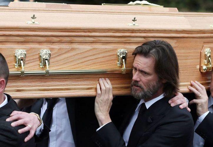 Jim Carrey acudió al funeral de quien fuera su novia Cathriona White, en Londres. La mujer falleció víctima de una sobredosis de medicamentos. (AP)