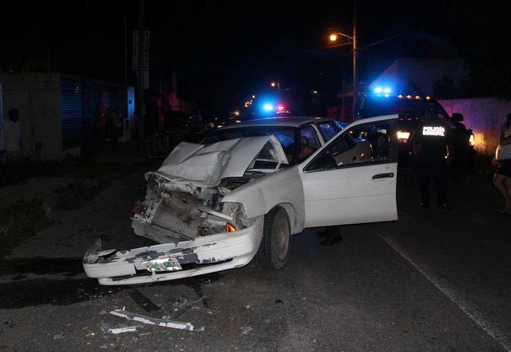Un guiador ebrio chocó esta noche en la calle 27 de Progreso. Para su buena suerte, pese a los daños, no hubo heridos. (Gerardo Keb/Milenio Novedades)