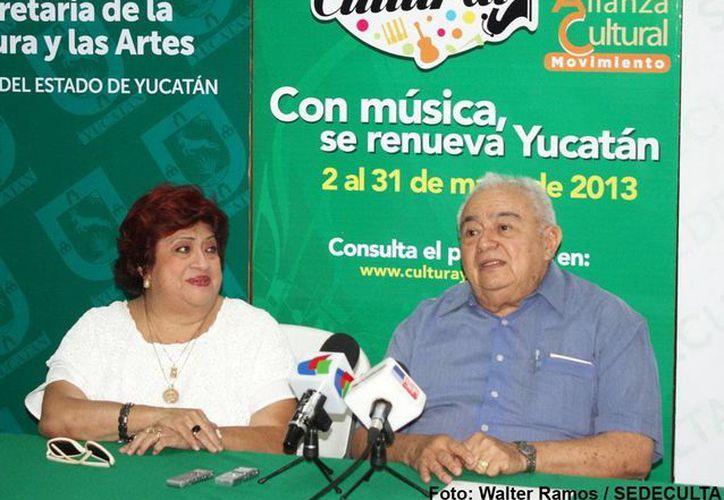 Ligia Cámara y Luis Alvarado, de Desarrollo Cultural de Sedaculta. (SIPSE)