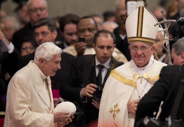 Ambos Papas no se habían reunido desde que Benedicto XVI (i) se retiró y cedió su puesto a Francisco (d). (Agencias)