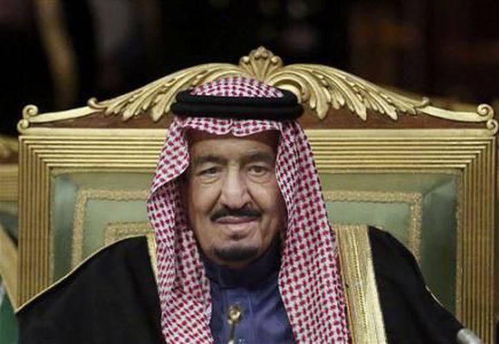 La televisión estatal retransmitió un vídeo que mostraba al príncipe Muhammad bin Nayef prometiendo lealtad en una reunión con el nuevo príncipe heredero. (El Financiero)