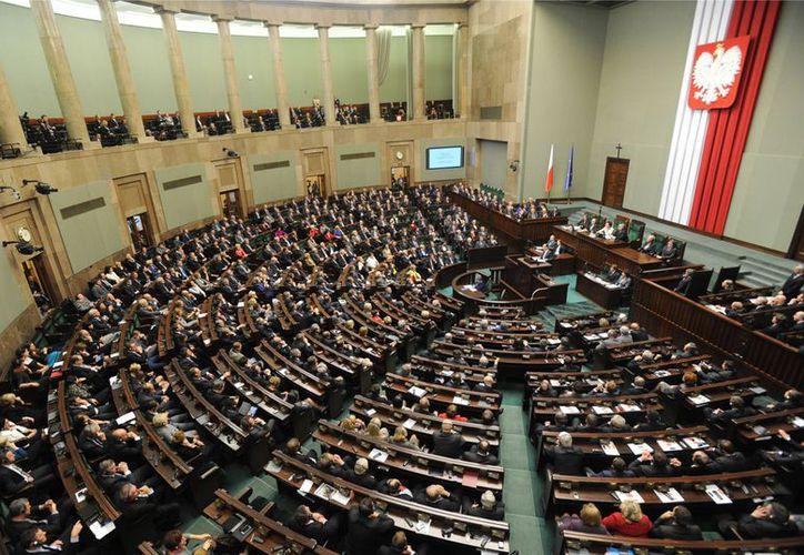 En imagen del 16 de noviembre de 2012 los legisladores del Parlamento polaco escuchan un discurso del presidente francés President Francois Hollande en su visita a Varsovia. (Agencias)