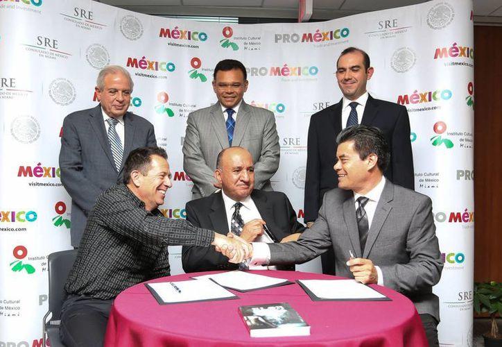 El gobernador de Yucatán, Rolando Zapata Bello, atestigua la firma del convenio de colaboración para producir y exportar plantas ornamentales. (SIPSE)