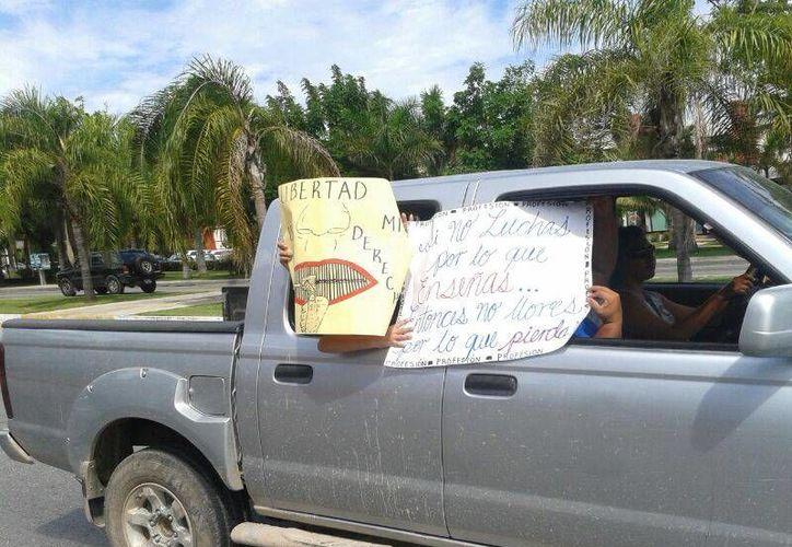 Aproximadamente 40 vehículos conforman la caravana de profesores, se dirigen a plaza Forum. (Jazmín Ramos/SIPSE)