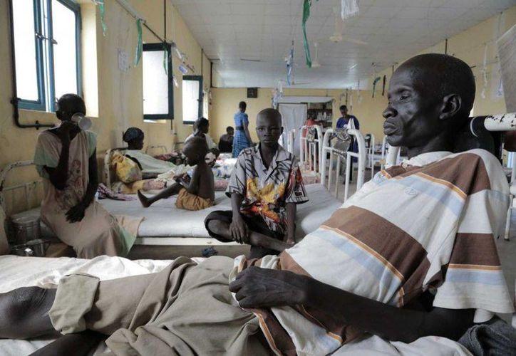 En esta foto de julio del 2015, Akuel, quien sufrió dos picaduras de víbora en su jardín y que recibió tratamiento, convalece en un hospital de Agok, Sudán del Sur. (Agencias)