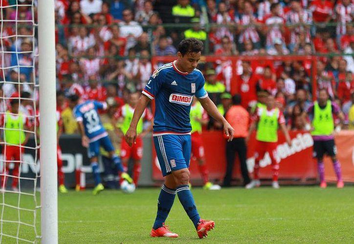 Omar Bravo, quien sumó otro gol más a su récord, sale desconsolado tras pitarse el final del partido en el que Chivas perdió 3-1 frente a Toluca. (Jammedia)