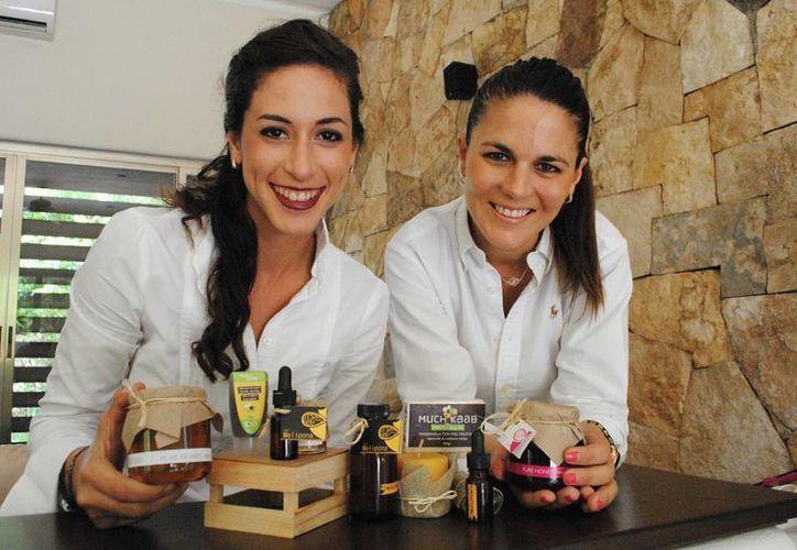 María Begoña y Alejandra Silveira presentan sus envases de miel de la marca Queen Bee Honey. (Milenio Novedades)