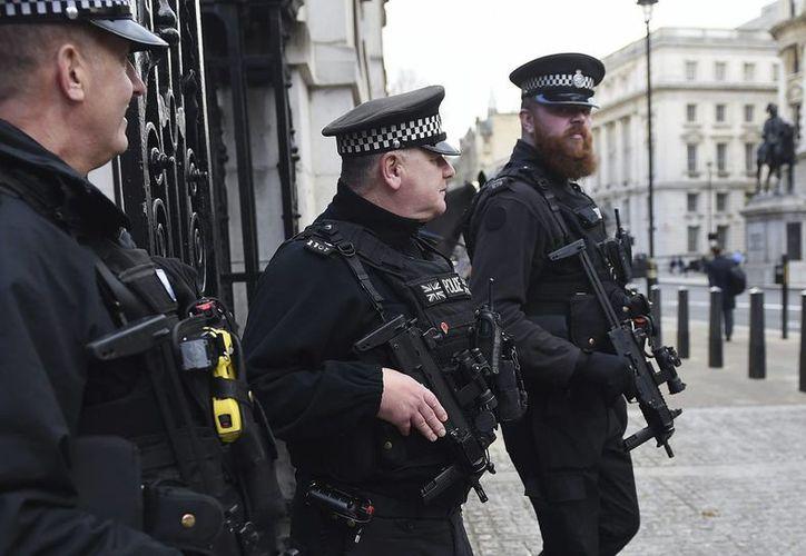 En el último año hubo un incremento de 31 por ciento en arrestos asociados a ofensas terroristas. Agentes de policía montan guardia en la avenida Whitehall de Londres. (EFE)