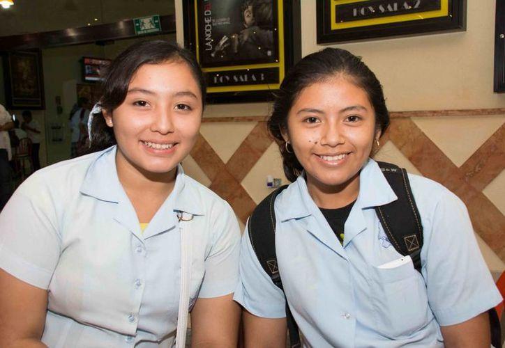 Lina María Perera Sánchez y Dayana Chi Chablé quedaron impactadas con la obra. (SIPSE)