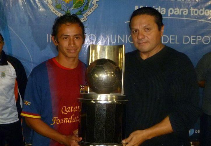 Jesús Aguilar, director del Instituto Municipal del Deporte, al entregar el trofeo de campeón de Liga para el equipo River Plate. (SIPSE)