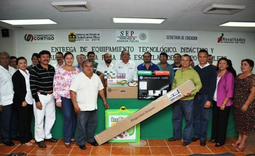 Las escuelas recibieron equipos de cómputo, proyectores, pantallas e impresoras entre otros. (Cortesía/SIPSE)