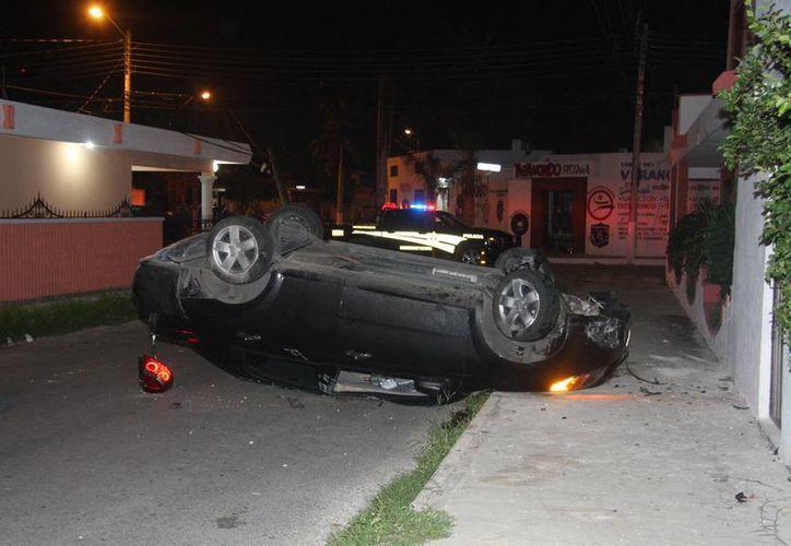 Un vehículo guiado por un joven volcó la medianoche del sábado en la colonia Roma. (Milenio Novedades)