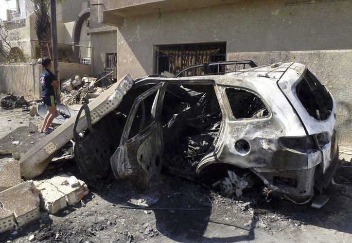 Un coche calcinado tras la explosion de un artefacto, cerca de una mezquita chií, al este de Bagdag, Irak. (Archivo/EFE)