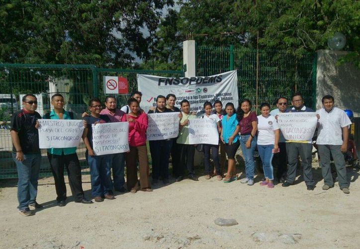 Cerca de 30 profesores del Conalep se manifestaron ayer para pedir el aumento salarial autorizado desde enero de este año.  (Luis Ballesteros/SIPSE)