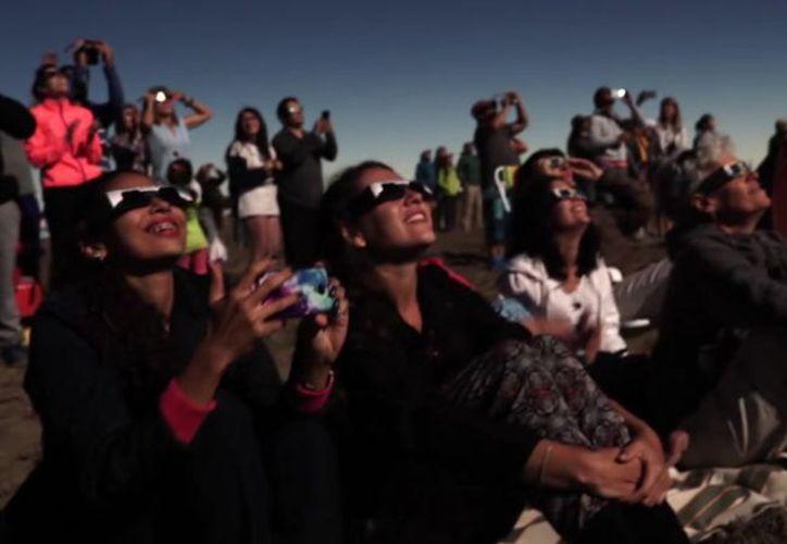Para ver el eclipse solar de mañana se deben utilizar equipos especiales de protección ocular. (Internet)