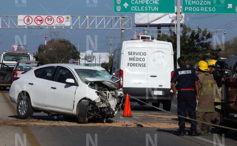 El joven conductor de alrededor de 25 años falleció prensado tras impactarse contra la base de un poste. (Novedades Yucatán)
