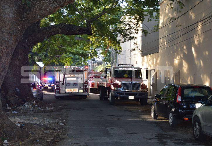 El siniestro movilizó a las unidades policíacas y de bomberos que en poco tiempo llegaron a la Facultad. (SIPSE)