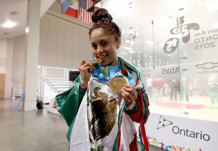 La mexicana es la mejor raquetbolista del mundo lleva seis años en el primer lugar del ranking- y su objetivo es repetir las tres medallas de oro logradas hacer cuatro años en los Panamericanos de Guadalajara, en la imagen posa con las dos medallas conseguidas hasta el momento en Toronto 2015. (Notimex)