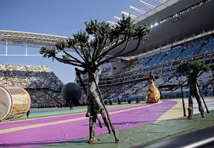 En el principio del show inaugural del Mundial de Brasil aparecieron personas disfrazadas de árboles. (Foto: AP)