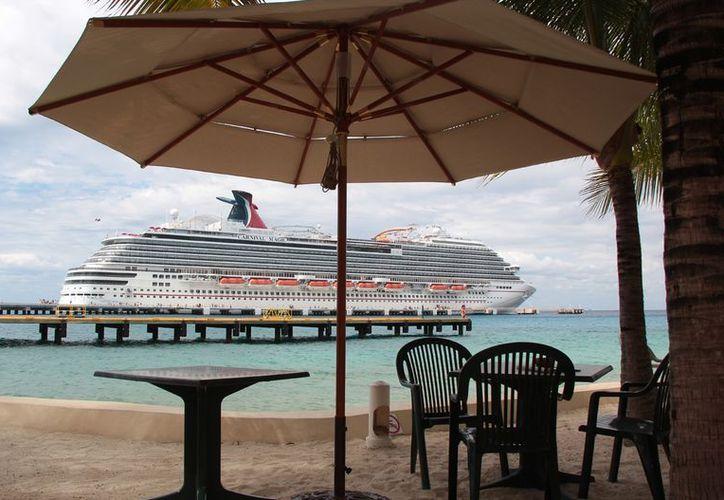 Hasta un 50 por ciento de los barcos vacacionales que llegan a Cozumel son propiedad de la naviera Carnival. (Gustavo Villegas/SIPSE)
