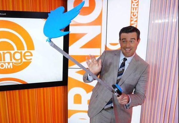 Una de las bromas que se lanzó fue el Twelfie Stick, un dispositivo para tomarse selfies creado por Twittter. (Twitter/@TheResident)